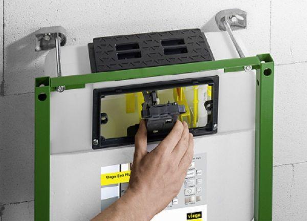 Het spoelreservoir wordt geleverd met bediening langs voor. Met enkele simpele manipulaties kan deze naar boven omgesteld worden.