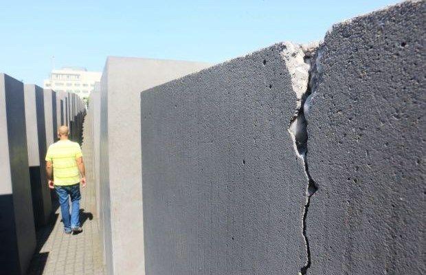 Zo'n 2200 van de 2711 betonnen stenen van het Holocaustmonument zijn vermoedelijk beschadigd door betonrot.