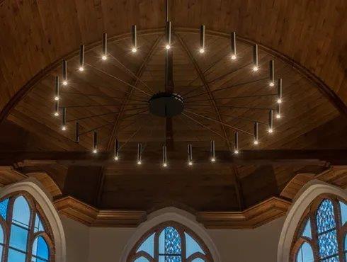 De tongewelven zijn gereconstrueerd met behulp van eikenhouten beplanking, gesculpteerde houten consoles en middenstijlen, enzovoort. (Beeld: Artes Woudenberg)