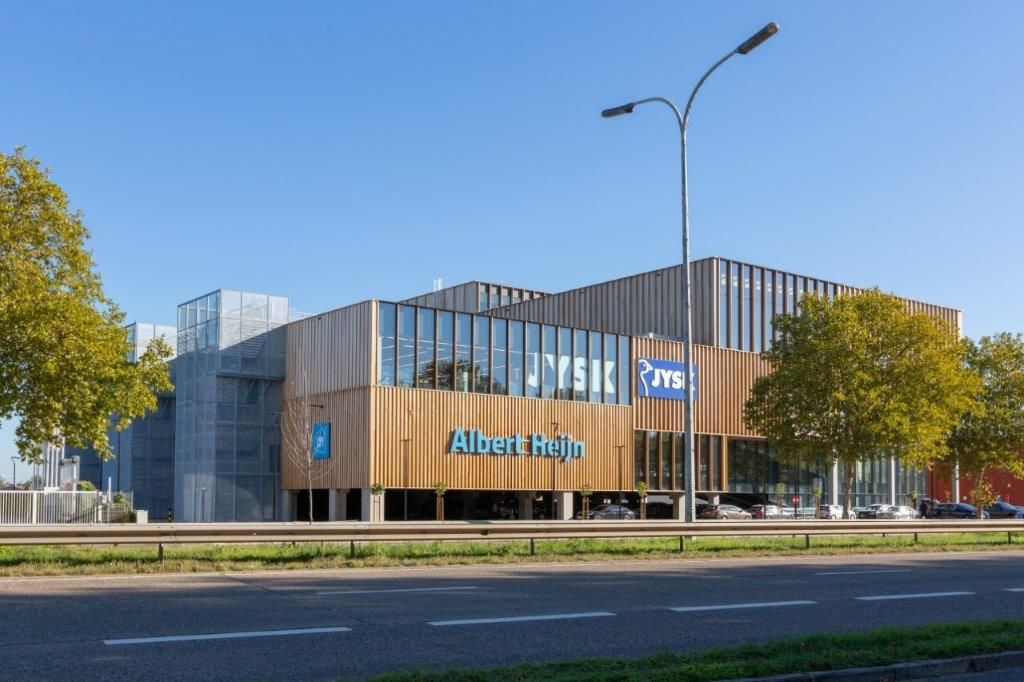 De kenmerkende architectuur van QC1 vormt nu al enkele maanden een duidelijk herkenningspunt langs de Hasseltse grote ring. (Beeld: HVC Architecten)