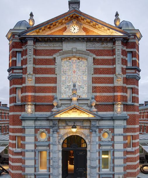 Een oude kapel van een nog voormalig militair hospitaal werd gebruikt als nieuwe locatie voor het restaurant.