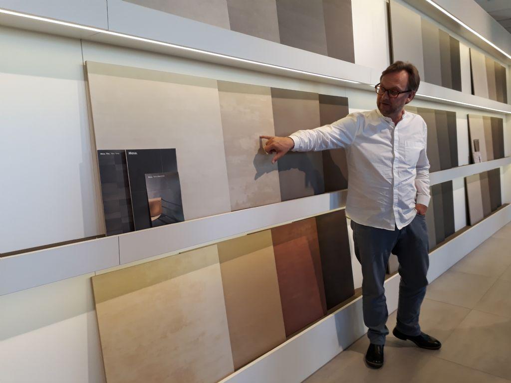 Wim Doens dans la salle d'exposition principale
