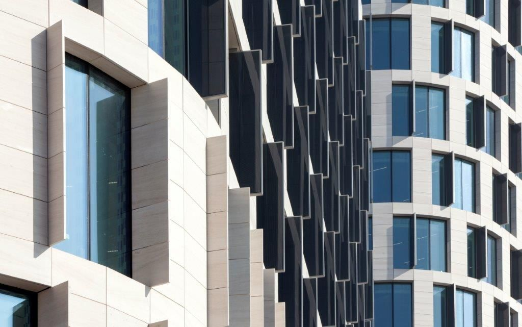 Des cellules solaires décoratives ont été intégrées dans les ailettes verticales sur les façades sud, ouest et est.