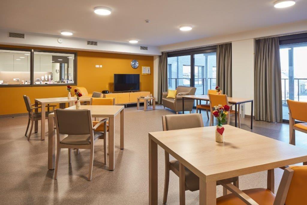 Elke verdieping heeft haar eigen accentkleur, wat meteen ook de herkenbaarheid en het oriëntatiegevoel van de bewoners bevordert. (Beeld: DE VLOED ARCHITECTS)