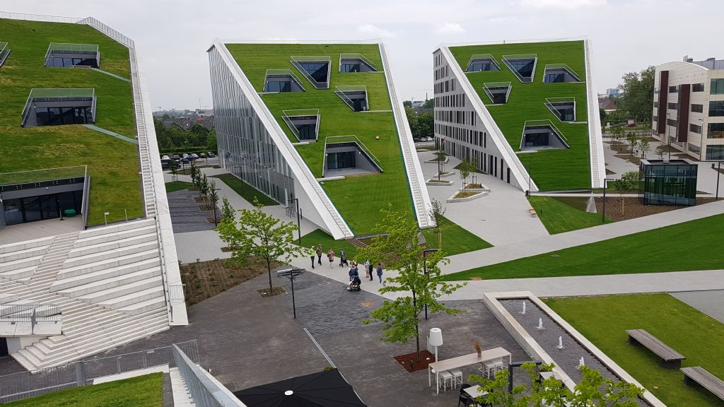Dankzij de twee specifieke gevelsystemen van Aliplast vormen de twee nieuwe gebouwen een visuele overgang tussen twee bestaande gebouwen op de campus.