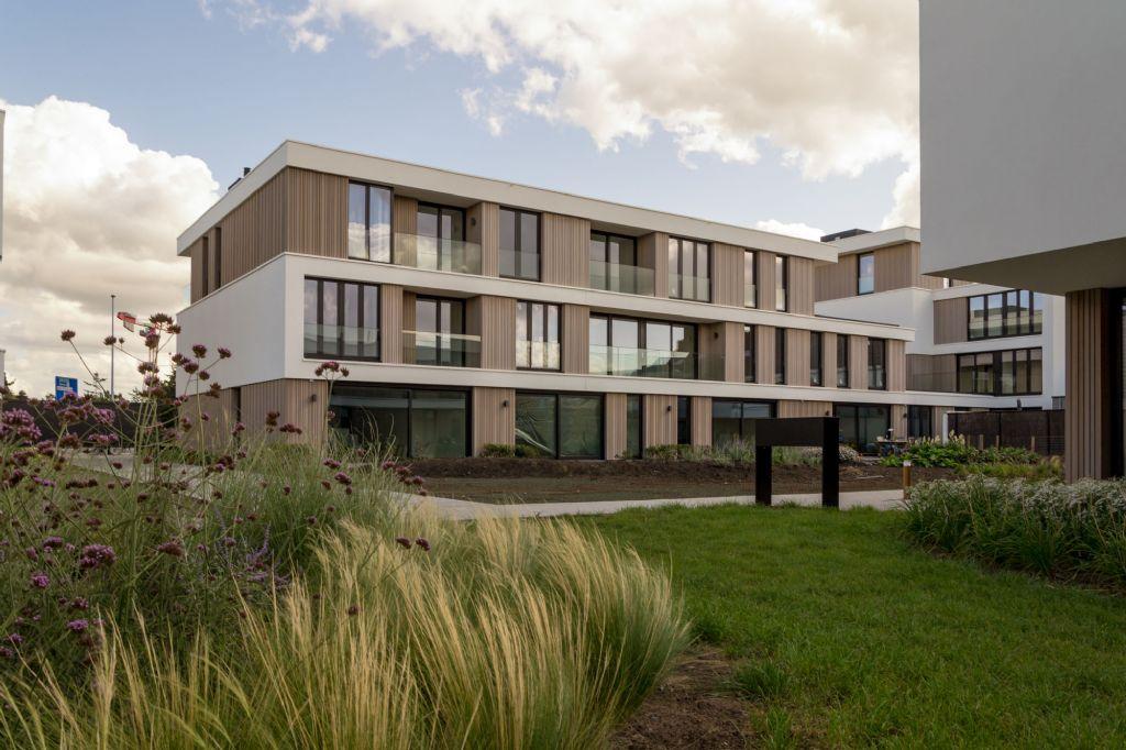 Het vele groen zet de architecturale eenheid extra kracht bij.