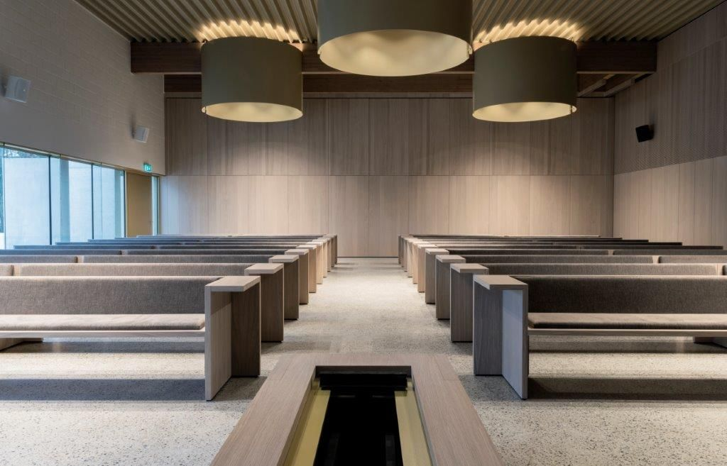 De structurele materialen lopen naadloos over in het fraaie interieur, dat is afgewerkt met houtfineer. (Beeld: a2o)