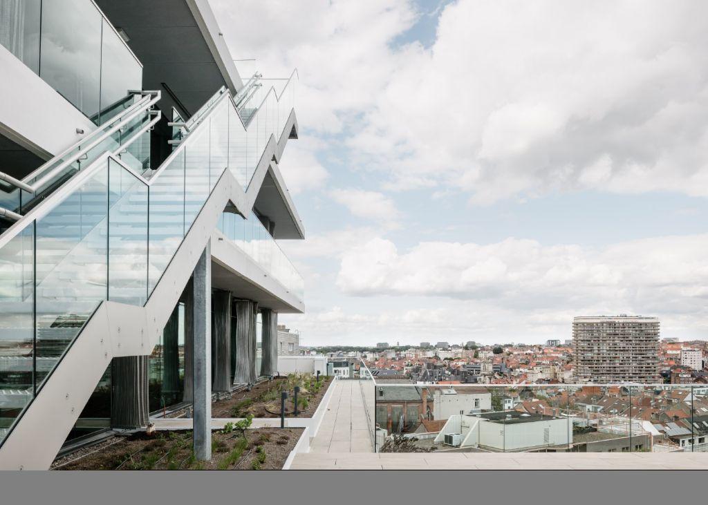 De architectuur van het gebouw wil een open relatie met de stad benadrukken.