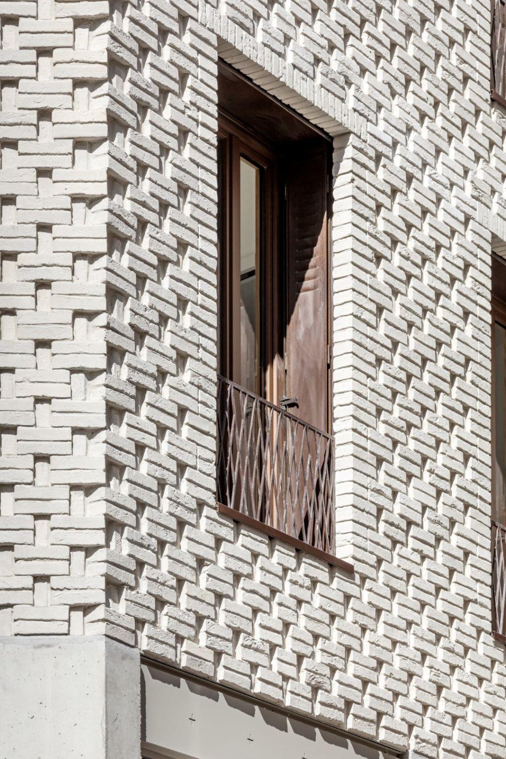 A rue, la façade est composée de briques blanches moule´es main, de menuiseries bois aluminium, de persiennes en acier et de garde-corps en acier thermolaque´.