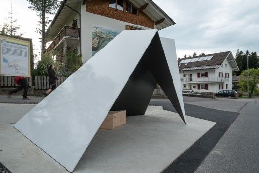 Architecten de Vylder Vinck Taillieu ontwierp een metalen object dat de wachtende beschermt tegen wind en regen.
