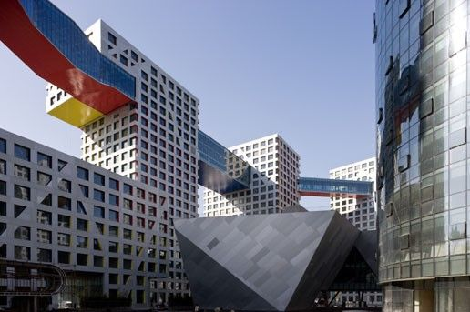 Holl is vooral bekend van projecten zoals het woningbouwcomplex Linked Hybrid in Beijing.