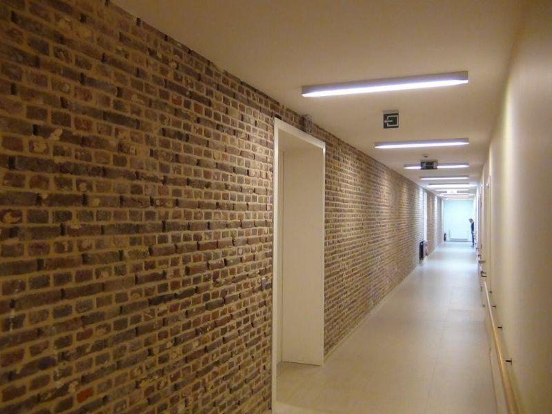 De meest karakteristieke historische elementen van het vroegere Clarissenklooster, zoals de vroegere buitenmuren, zijn bewaard en geïntegreerd in het nieuwe interieur.