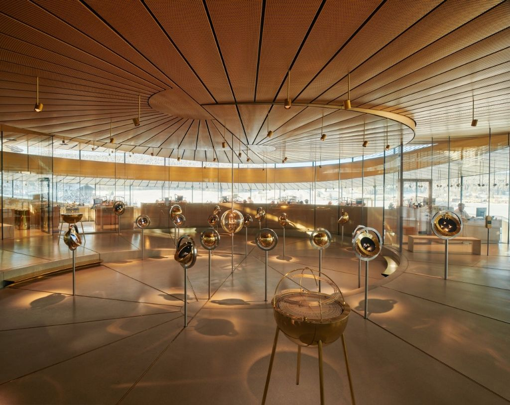 L'intérieur, circulaire et incurvé, du Musée-Atelier guide les visiteurs à travers l'espace d'exposition, qui présente 145 ans d'histoire de l'horlogerie d'Audemars Piguet.