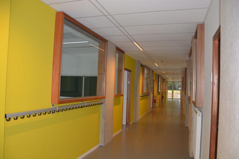 De wanden tussen de lokalen zijn gemaakt van gipskarton, waardoor het gebouw eenvoudig van indeling en functie kan veranderen.