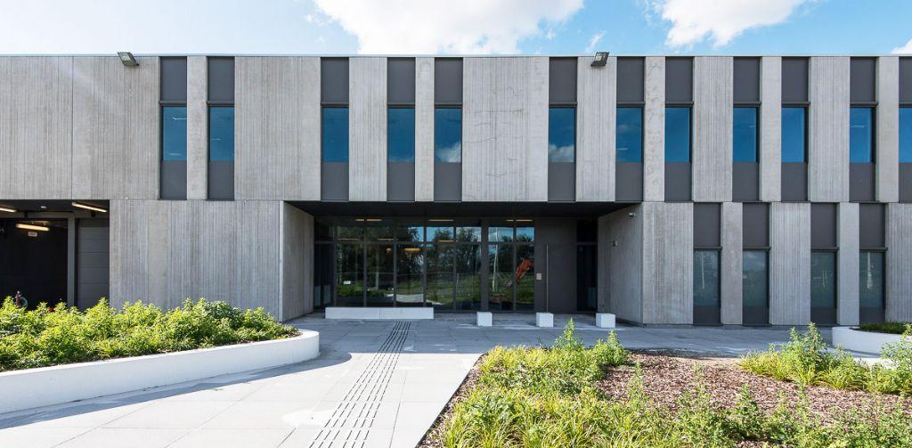Een centraal U-vormig blok biedt plaats aan de algemeen-gemeenschappelijke functies, waaronder de inkom, de administratie, het bezoekerscomplex en de sporthal. (Beeld: VK Architects & Engineers)