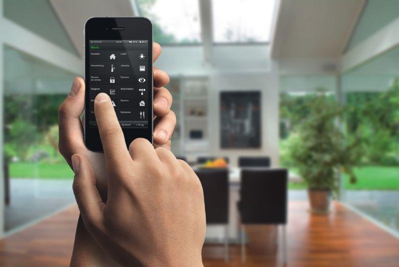 Met Gira HomeServer/FacilityServer apps kan de complete gebouwentechniek mobiel onderweg of vanuit een willekeurige ruimte in het gebouw worden bediend – bijvoorbeeld met een iPhone.