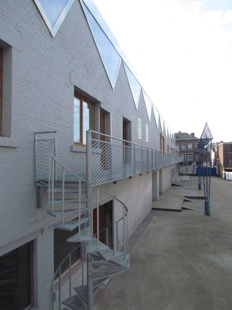 L'escalier hélicoïdal en bout de coursive était existant. Il a été reconditionné et replacé. Cette logique de réemploi fait partie de la vision durable de la rénovation que le bureau AIUD met en oeuvre dans ses projets.