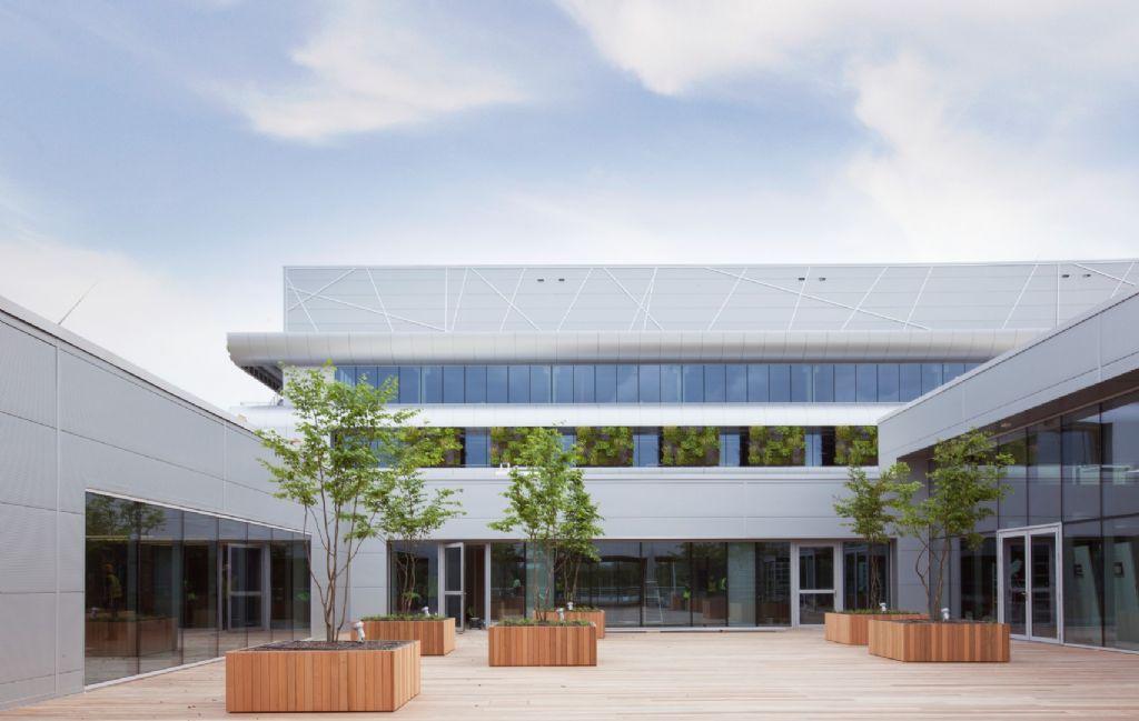 Het kantoorgebouw bevat enkele ingesloten patio's.