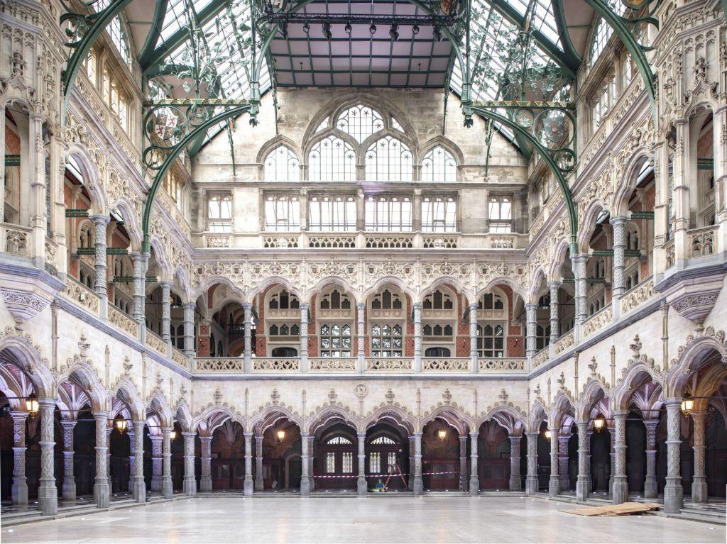 De Handelsbeurs in Antwerpen opende in 2019 na twintig jaar leegstand opnieuw de deuren geopend. Het gerestaureerde en gerenoveerde monument neemt nu opnieuw haar eeuwenoude functie op van bruisende ontmoetingsplek.