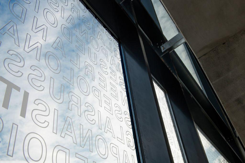 Les langues enseignées se retrouvent sur la vitrophanie en façade avant ainsi que dans les brise-soleil.
