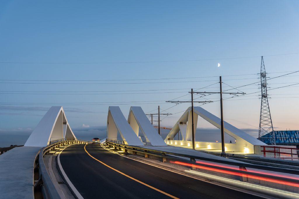 Un éclairage qui apporte la sécurité, économise l'énergie et met un pont en valeur