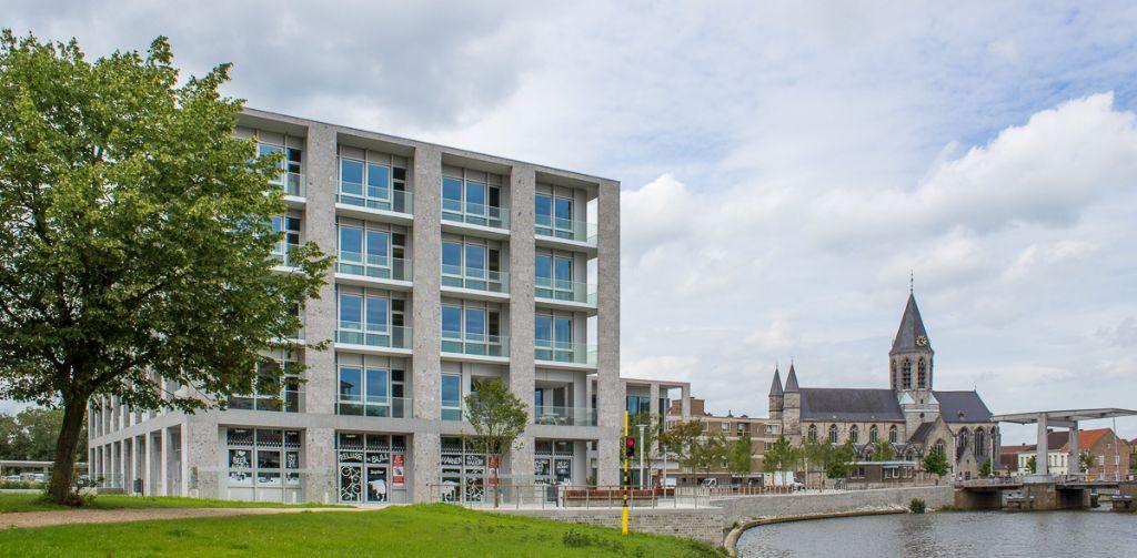 Samen met het Museum van Deinze en de Leiestreek markeert het stadskantoor de overgang tussen het natuurlandschap van de Brielmeersen en de oude centrum met de Tolpoortbrug, de Markt en de Onze-Lieve-Vrouwkerk. (Foto: VK Architects & Engineers)