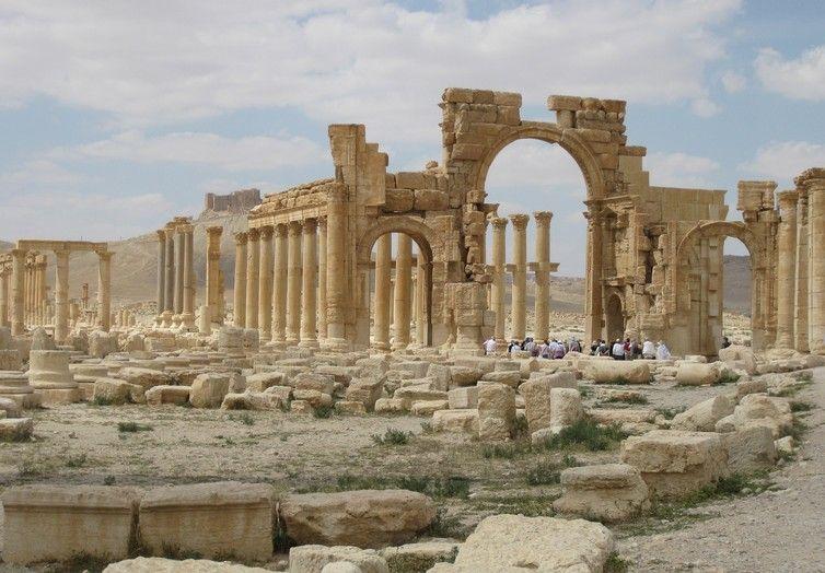 Een monumentaal gewelf dat in 2015 door IS werd vernietigd.