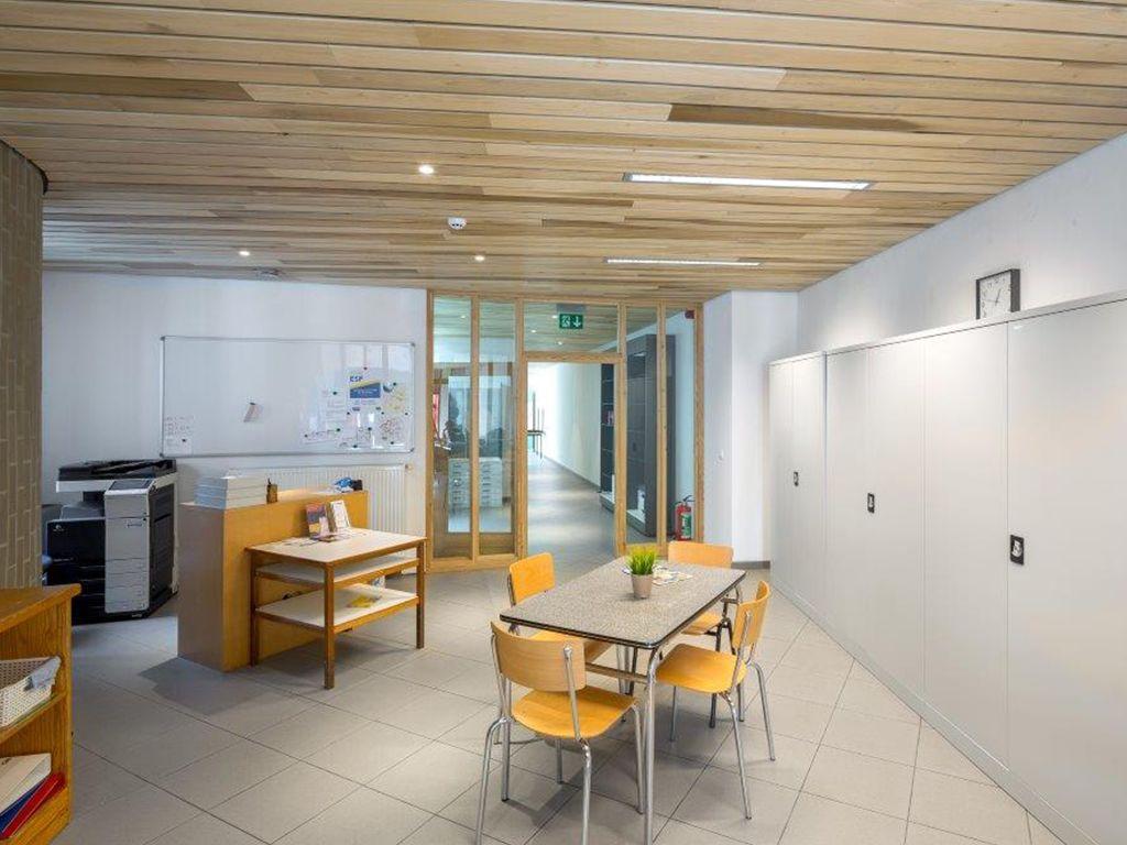 Milieuvriendelijk en duurzaam gebouw dankzij massief houten plafondsysteem