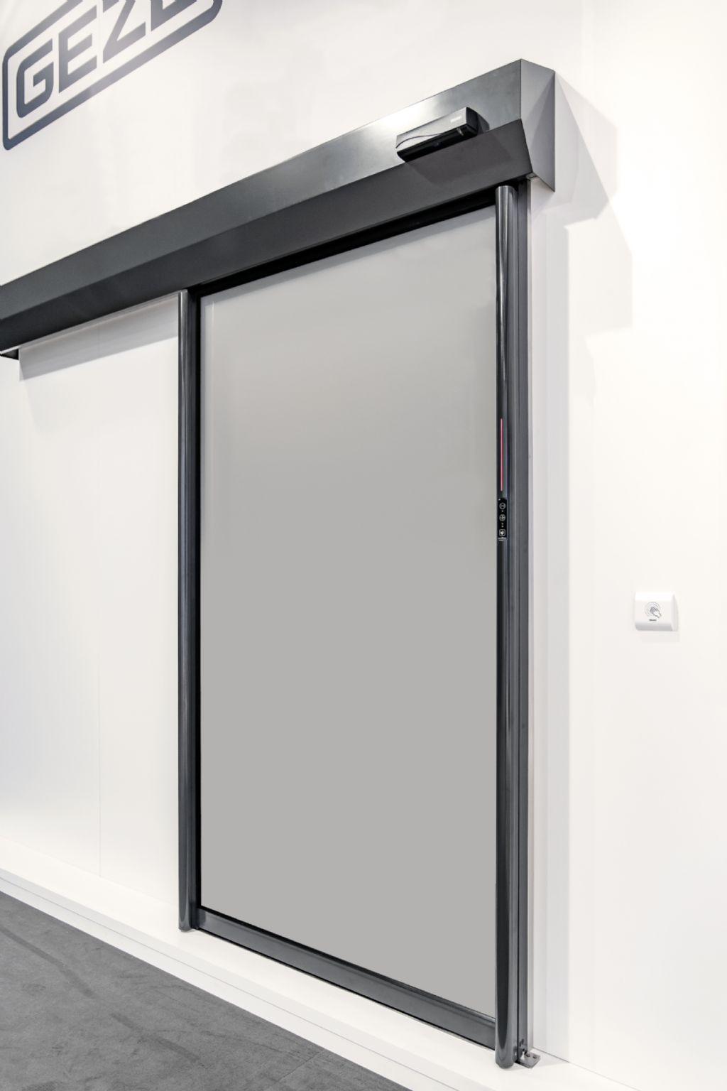 Avec le nouveau système de portes coulissantes GEZE MCRdrive, GEZE présente une solution modulaire pour les zones hermétiquement fermées d'un bâtiment.