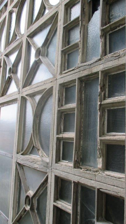 De sterk aangetaste claustra's voor restauratie.