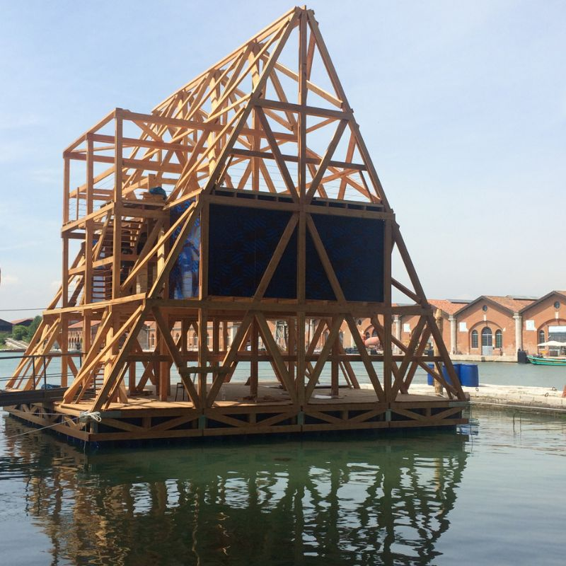 De Nigeriaanse architect Kunlé Adeyemi en zijn studio NLÉ ontvingen een Zilveren Leeuw voor hun Makoko Floating School