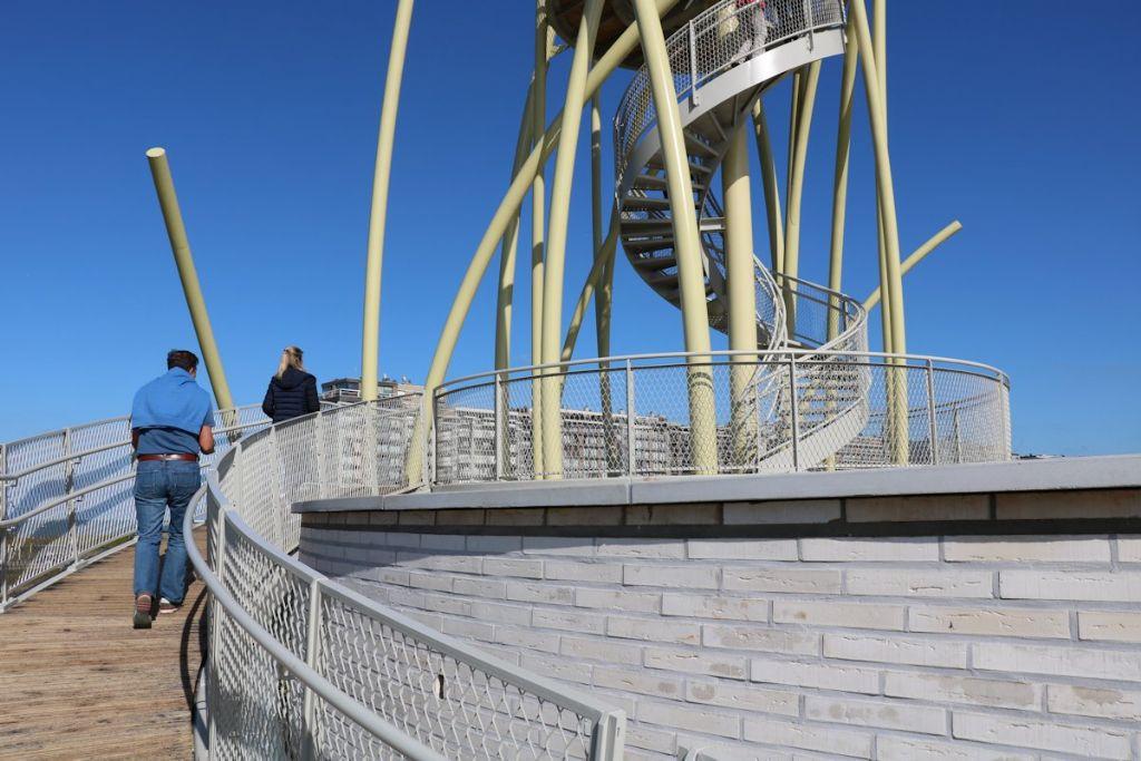 Het eerste uitkijkplatform op 7 meter hoogte hangt vrij boven de rand van de vijver op de sokkel.