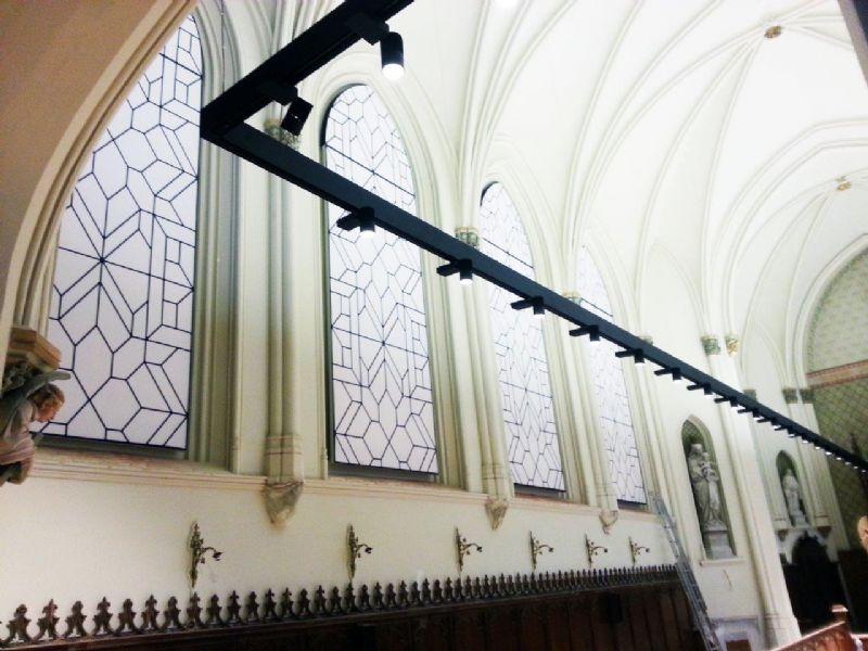 Kapel wordt vergaderruimte: Artwall, akoestisch wandpaneel met gepersonaliseerde opdruk (print = glasramen).