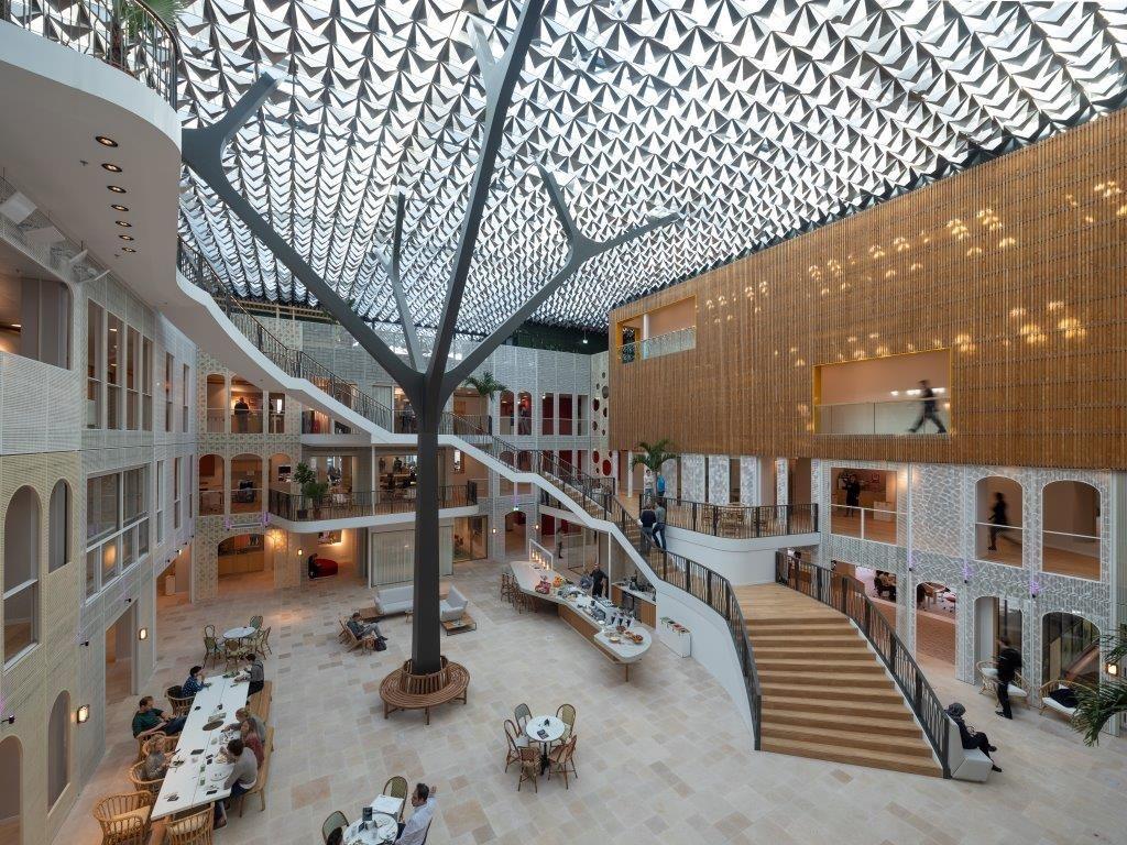Hunter Douglas développe un système de plafond unique pour un immeuble unique