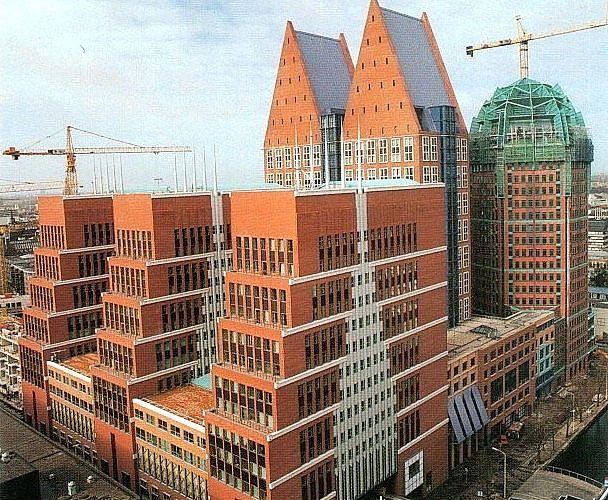 Het Castalia-gebouw in Den Haag is een typerend voorbeeld van hoe Graves elementen uit de lokale cultuur verwerkte in zijn ontwerpen. Zo is in de bovenstaande foto de typisch Hollandse kapvorm te herkennen in zowel de puntdaken als de zijgevels.
