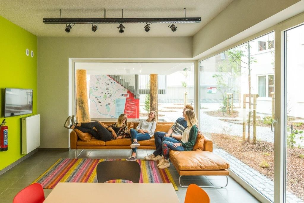 De bewoners kunnen naar hartenlust samentroepen in kleurrijke gemeenschappelijke ruimtes. (Beeld: Luc Roymans)