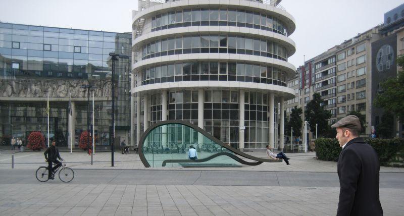 De strakke vormgeving sluit aan bij de geometrische vormen van het Capitool en de stadsbibliotheek, terwijl de dynamische kromming knipoogt naar het Administratief Centrum.