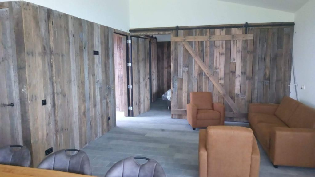 Wandbekledingen, dakbeschot en vloerplanken gemaakt uit verpakkingsmateriaal zoals houten fruitbakken en paletten zijn nu de volgende stap voor Romulus & Remus.