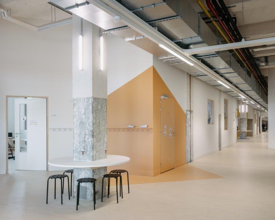 De kwalitatieve, open structuur van het vestiairegebouw leende zich perfect tot de realisatie van eigentijdse, moderne onderwijsinfrastructuur, die is opgevat als een brede leer- en leefomgeving.