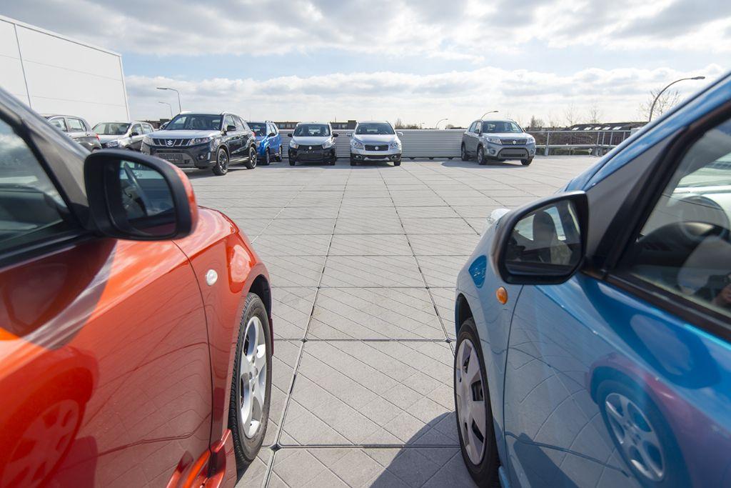 Parkeerdak op de Suzuki-garage.
