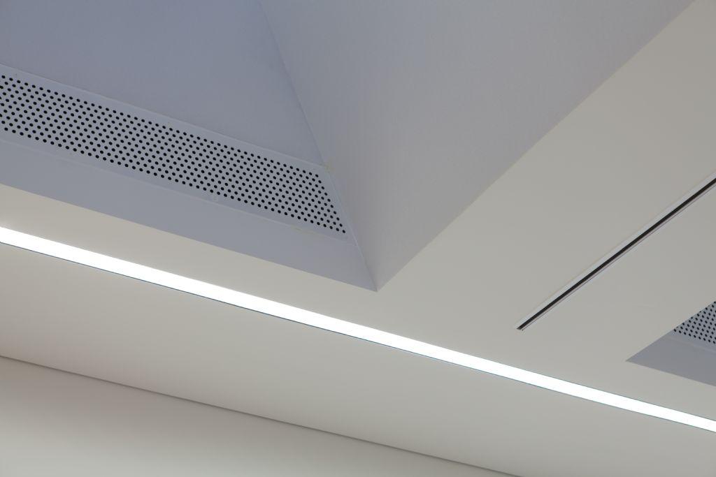 Het plafond werd onzichtbaar bekleed met de marmerzandpleister BASWA Phon Fine van Sonogamma