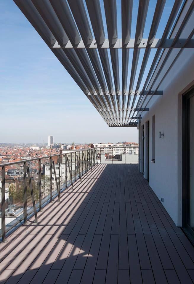 De DucoSunEllips 150 lamellen werden als terrasoverkapping verweven in de constructie.