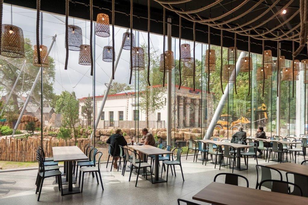 Het restaurant heeft een stalen structuur met heel dunne ronde kolommen van 6 meter hoog. (Beeld: Jonas Verhulst)