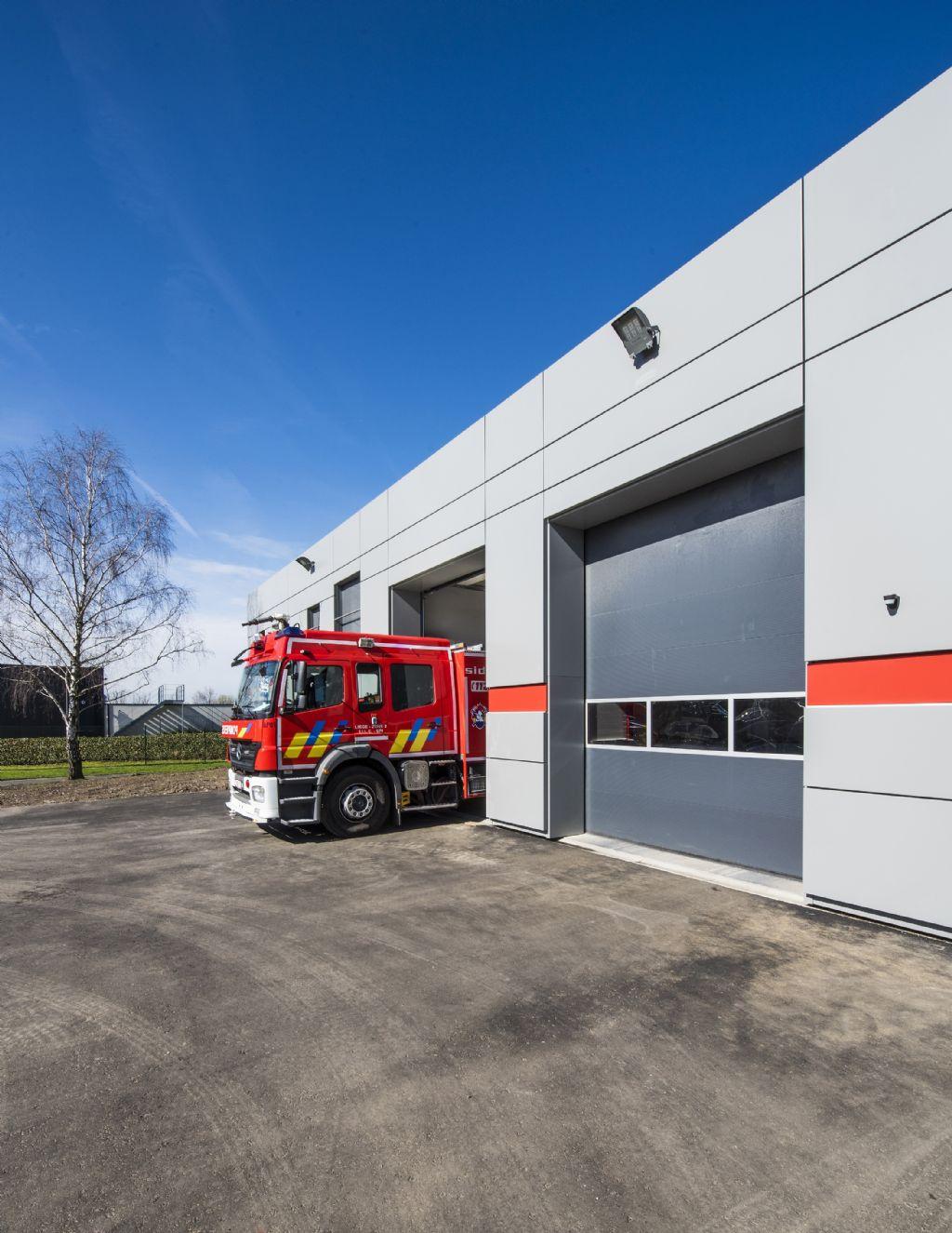 In elk gebouw is een rode band verwerkt die verwijst naar de brandweer.