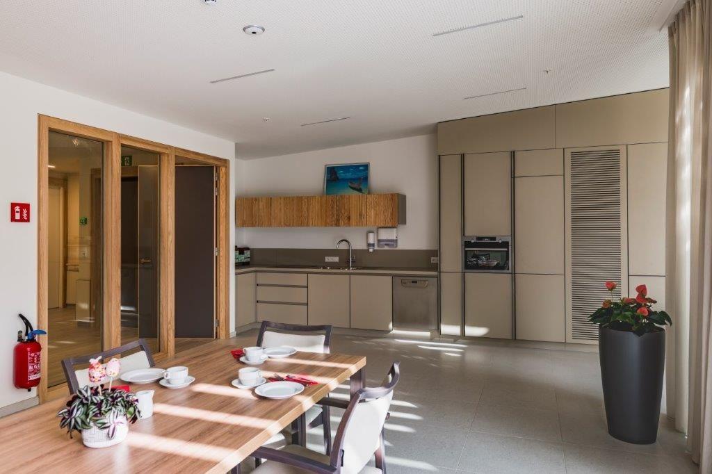 De kamers sluiten aan op een gemeenschappelijke eet- en leefruimte met een keuken.