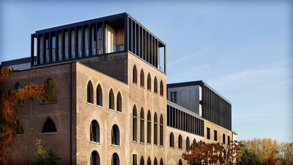 Residentiële gebouwen: Pakhuizen opgetopt met stalen volumes.
