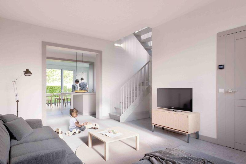 De woonkamer met centraal gelegen trap als circulatiekern voor luchtventilatie en lichtinval.