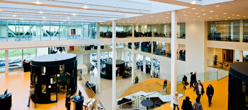 Henning Larsen Architects ging uit van de filosofie dat een campus een ontmoetingsplaats moet zijn en creëerde daarom een grote hal met doorkijk.