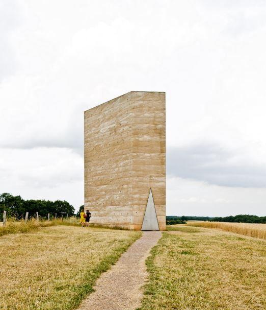 De veldkapel van Peter Zumthor werd door lokale inwoners gebouwd. De betonnen structuur werd rond een wigwam van gevelde bomen gegoten, waarna het hout van binnenuit verbrand werd.