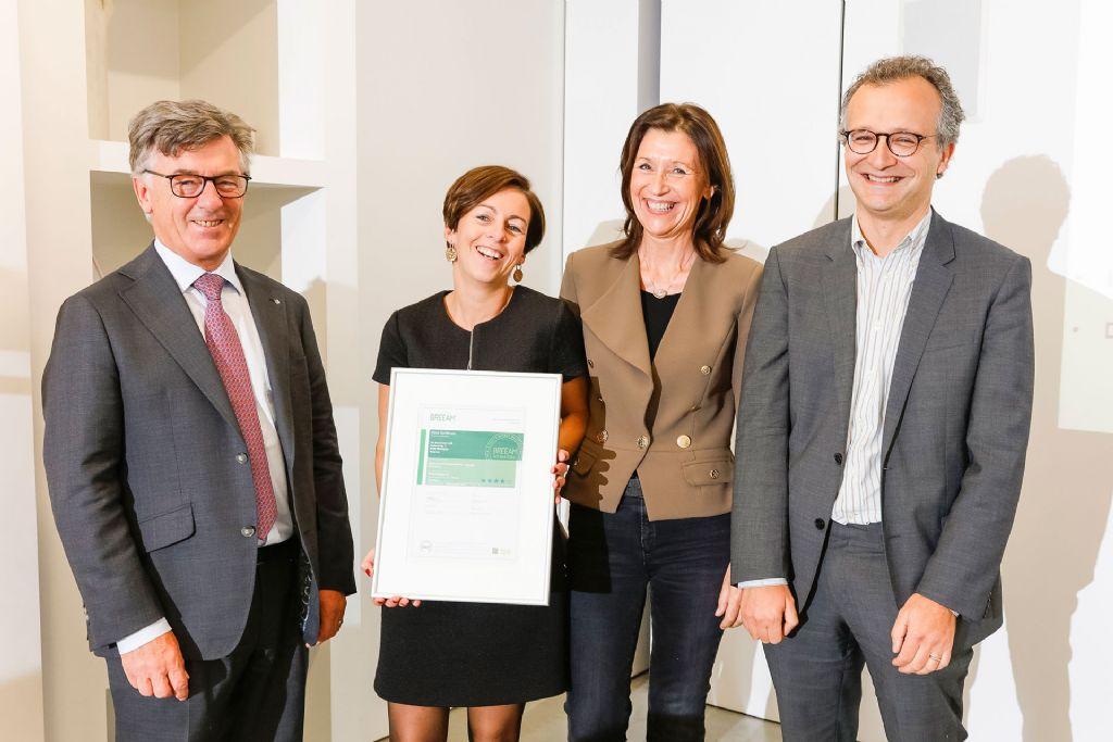 Initiatiefnemer Wienerberger en bouwheer-aannemer Eribo kregen het prestigieuze BREEAM-certificaat officieel overhandigd op donderdag 27 oktober 2016, in de showroom van Wienerberger in Kortrijk.